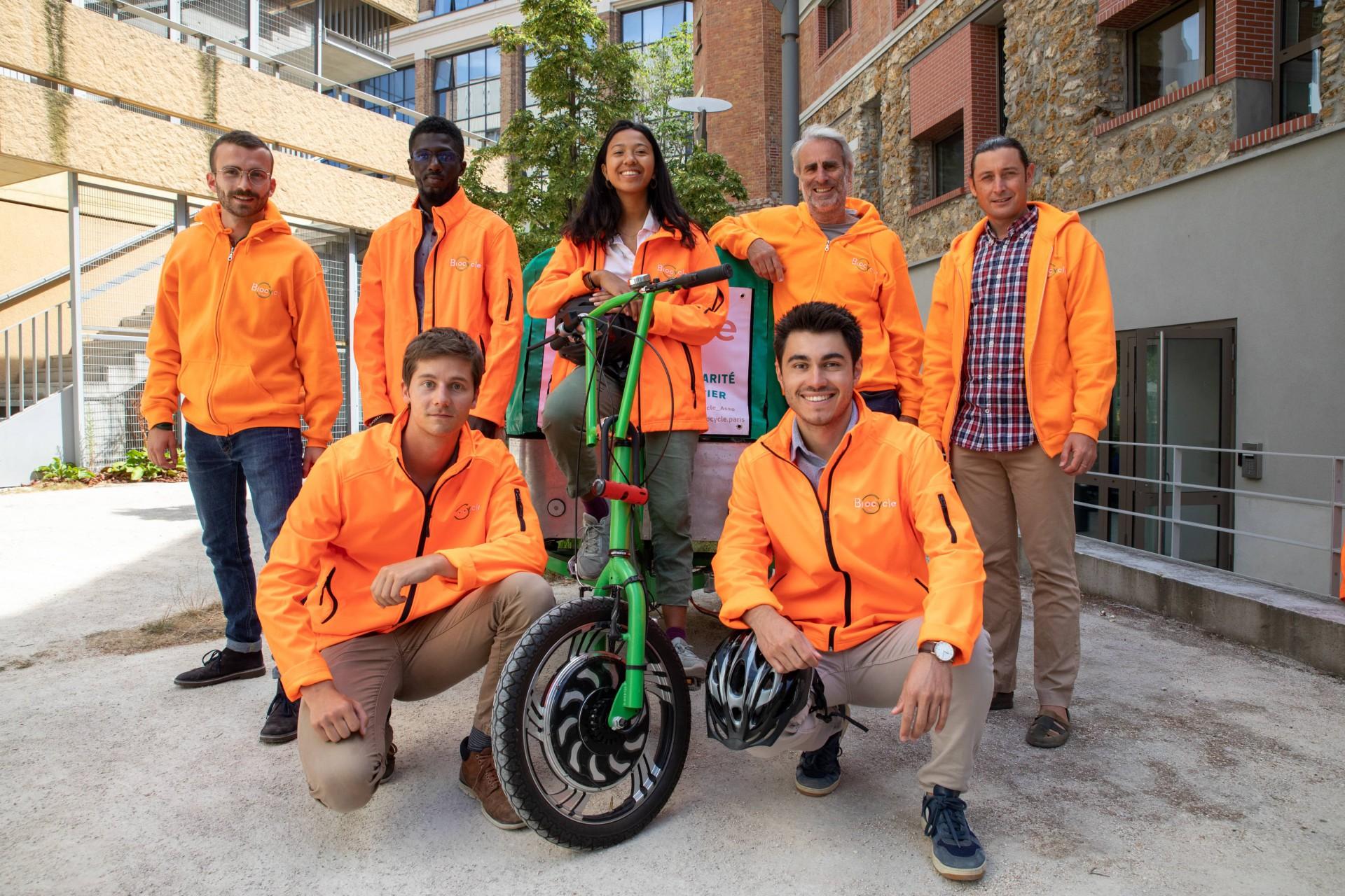 L'équipe Biocycle pose devant le local de l'association